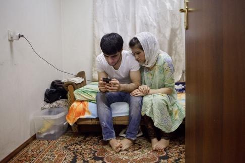 Рустам и Зарина смотрят фотографии сына